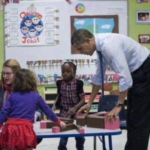 Barak Obama avec la tour rose et l'escalier marron.