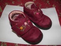Des chaussures que l'enfant peut mettre tout seul.