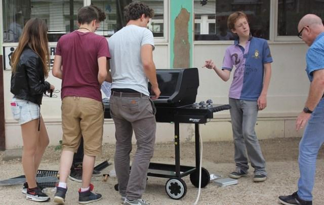 Montage du barbecue par les lycéens