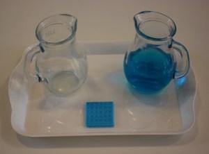 Montessori verser de l'eau