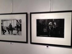 A gauche, Johnny Hallyday, à droite,Les Beatles
