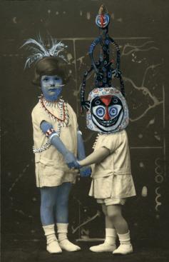 """Galerie Vallois Sculptures Modernes : Coco Fronsac Visages masqués, corps dévisagés Dans la série """"Chimères et Merveilles"""", Coco Fronsac, artiste contemporaine, peint à la gouache des masques ancestraux extra-européens sur les visages d'occidentaux photographiés au début du siècle dernier. Un décalage s'installe entre des formes issues des continents de l'Afrique, l'Océanie, les Amériques, l'Asie et le caractère normé des portraits photographiques tels qu'ils se produisaient il y a un siècle."""