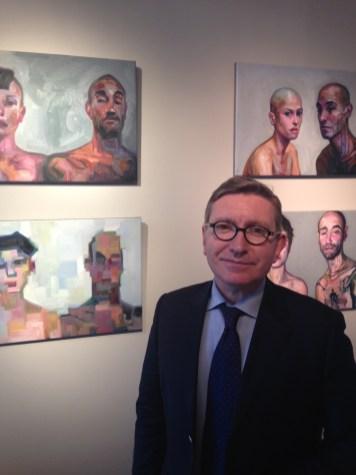 Antoine Laurentin devant des oeuvres de Sandro Kopp