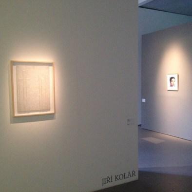 A gauche : Pyramides à démolir, 1982, chiasmage sur bois / A droite Mlle Rivière 1981 Rollage 27,8 x 21 cm Carton 40 x 30 cm Oeuvres présentées par la Galerie Le Minotaure