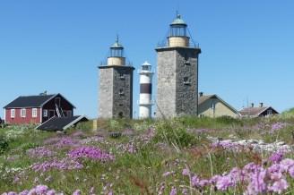 År 1624 lät den danske kungen bygga två vippfyrar på Nidingen. Dessa ersattes så småningom av de två sexkantiga fyrtornen som idag finns på ön.