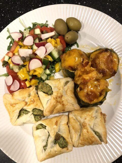Gratineret fyldte squash med feta-spinat pakker og salat