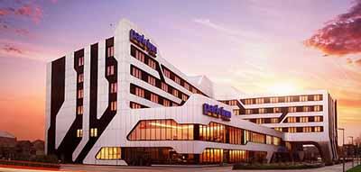 Widok na hotel Park Inn o zachodzie słońca.