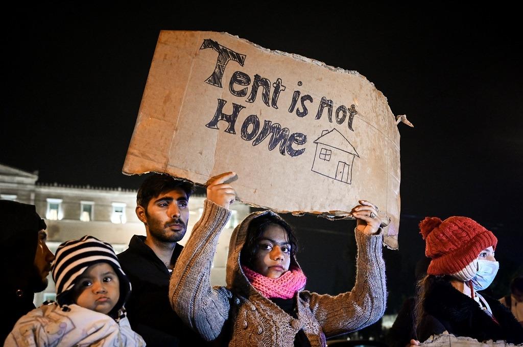 Η κυβέρνηση πετάει στο δρόμο χιλιάδες πρόσφυγες