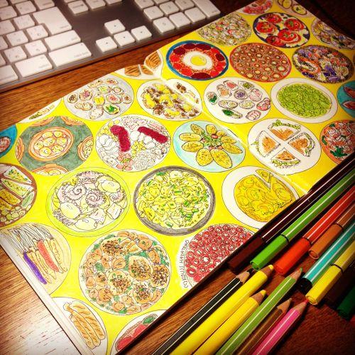 スペインのタパス料理をイメージにしたイラスト。丸形の型紙を使ってパターンを展開した。