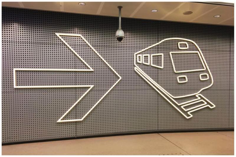ヘルシンキのヴァンター空港、電車への案内表示。