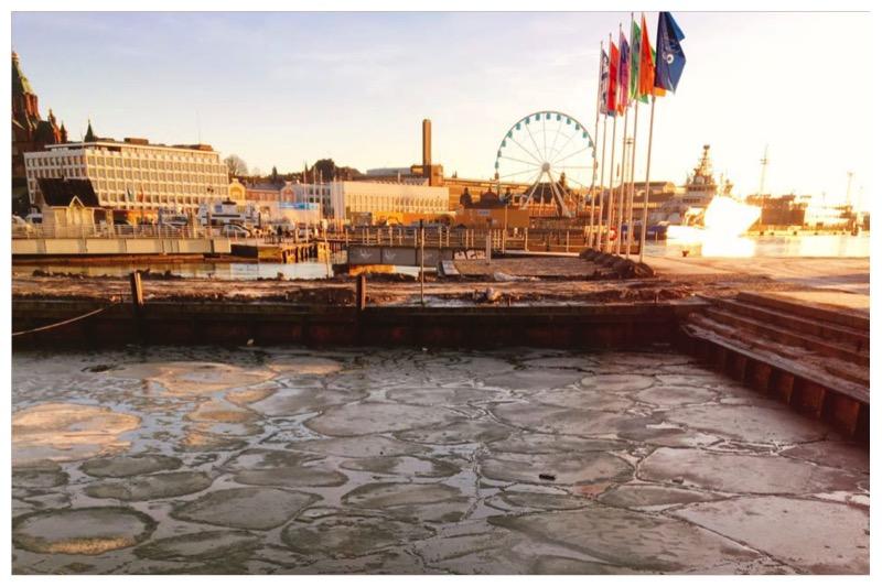 マーケットスクエアの港、凍っている