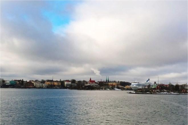 スオメンリンナからフェリーで眺めるヘルシンキの街