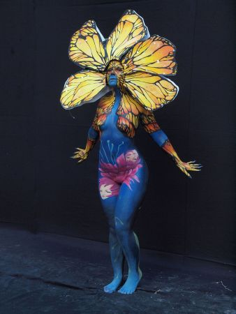 1024px-Blue_body_painted_woman_with_yellow_petals_at_WBF_2016