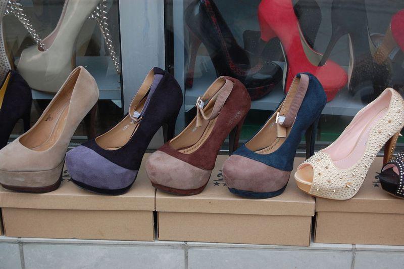 1024px-Shoe_shop_-_Pristina_02