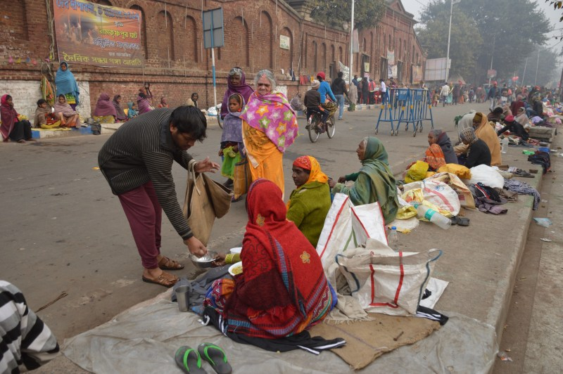 Helping_Needy_People_-_Makar_Sankranti_Observance_-_Ramkrishnapur_Ghat_Area_-_Howrah_2018-01-14_6925[1].jpg