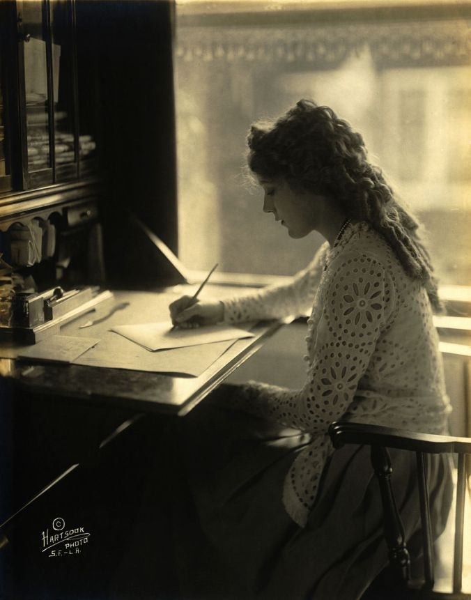1024px-Mary_Pickford-desk.jpg