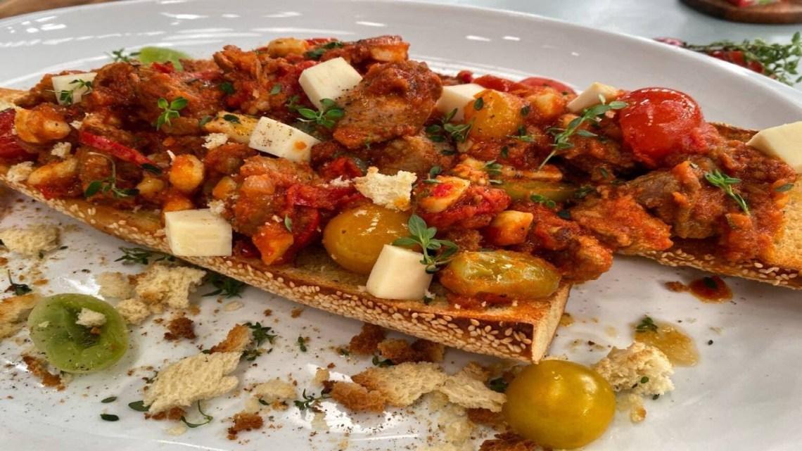Χοιρινή τηγανιά με πιπεριές, ταλαγάνι και ψιλοκομμένη τομάτα Λάμπρος Βακιάρος
