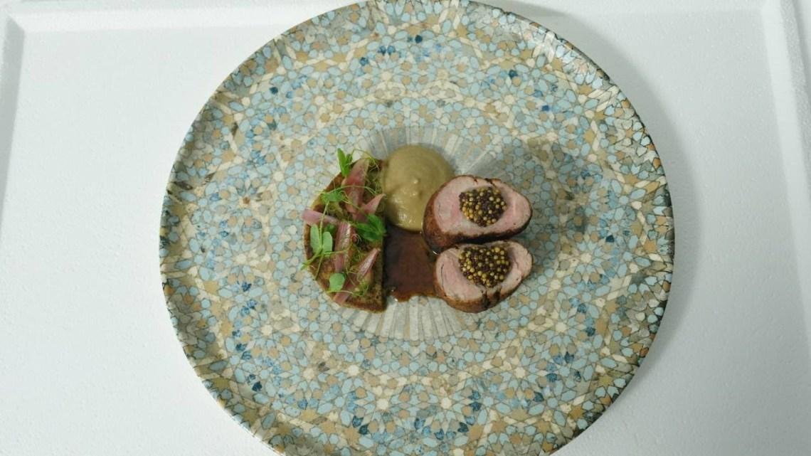 MC5 | Χοιρινό Φιλέτο με πολέντα μανιταριών, πουρέ εσαλότ, σπόροι μουστάρδας, τουρσί, σάλτσα καφέ