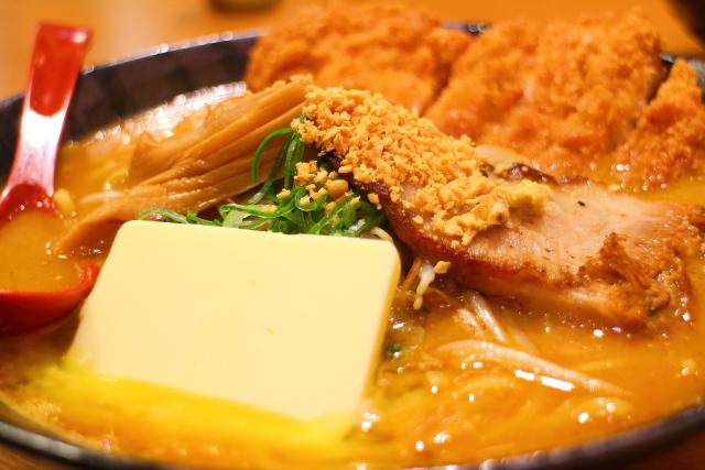 麺屋・國丸。高知南国店、北海道百年味噌カツラーメン・超バタートッピング