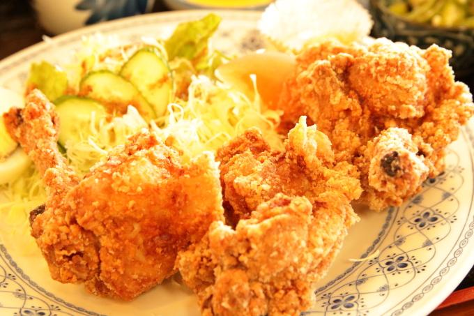 レストラン「かとり」のメニュー「唐揚げ定食」の唐揚げアップ