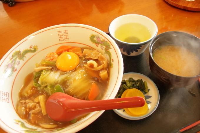 レストラン「かとり」のメニュー「中華丼」は味噌汁とお新香付き