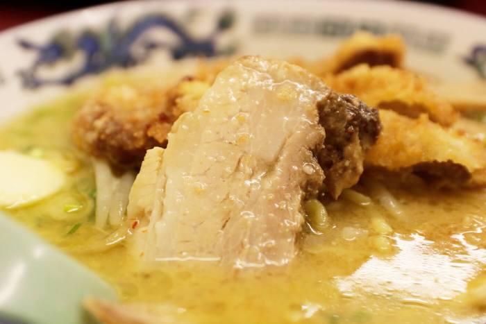 高知市にあるラーメン屋さん鈴木食堂の味噌カツラーメンに入ったチャーシュー