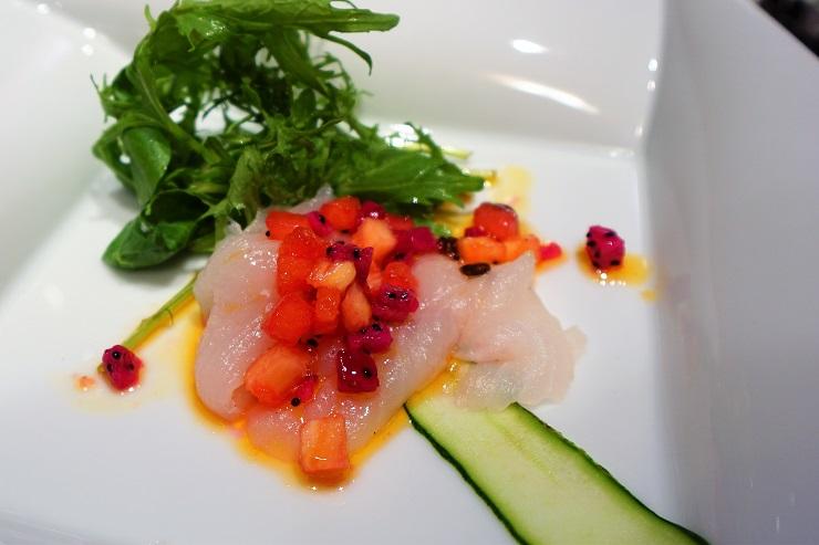 白身魚の刺身フルーツソース添え