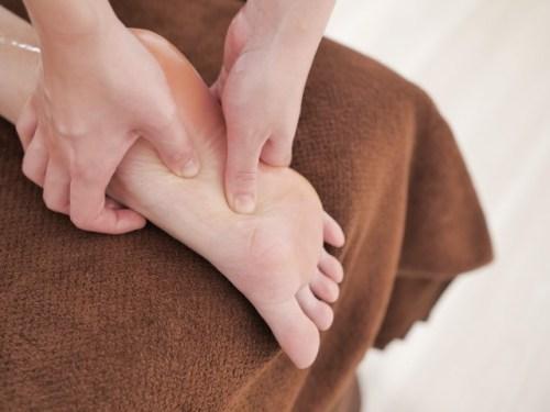 足裏のいぼの治療法や症状と原因!放置して自然治癒する?