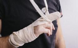 突き指の症状や骨折との見分け方や応急処置【治し方は?】
