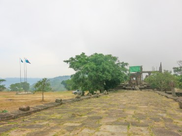 The 5th gopura (UNESCO and Cambodian flags over there)