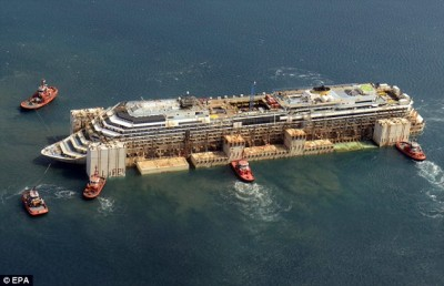 Le Costa Concordia remis à flot (©EPA)