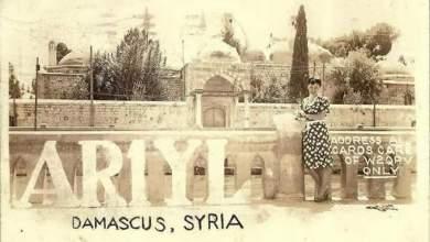 دمشق في الأربعينيات - فتاة فرنسية تقف على ضفة نهر بردى مقابل مدخل التكية السليمانية