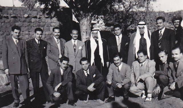 الأديب سلامة عبيد مع سلطان باشا الاطرش ومجموعة من أصدقائه