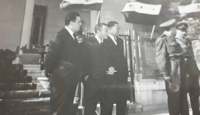 نور الدين الأتاسي وعبد الكريم الجندي أمام قصر الضيافة عام 1967