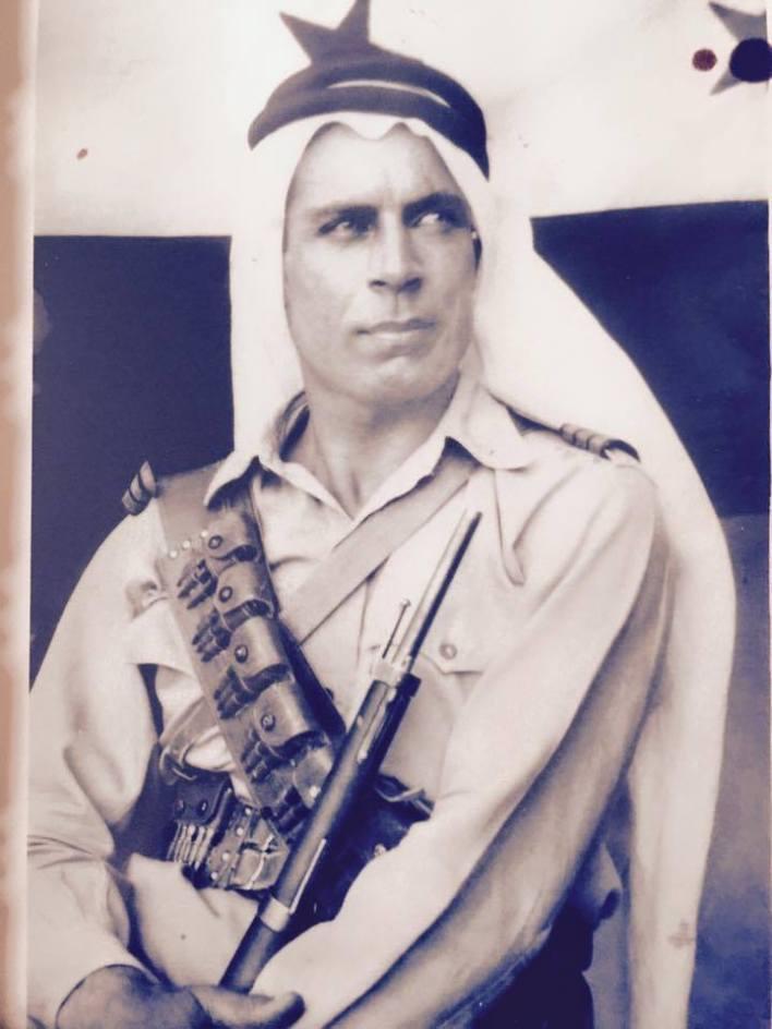 موفق القدسي عند إنزال العلم الفرنسي ورفع العلم السوري على حامية دير الزور عام 1945