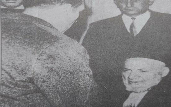 إيلي كوهين أمام الحاخام نسيم اسحاق اندبويمارس واجباته الدينية قبيل إعدامه