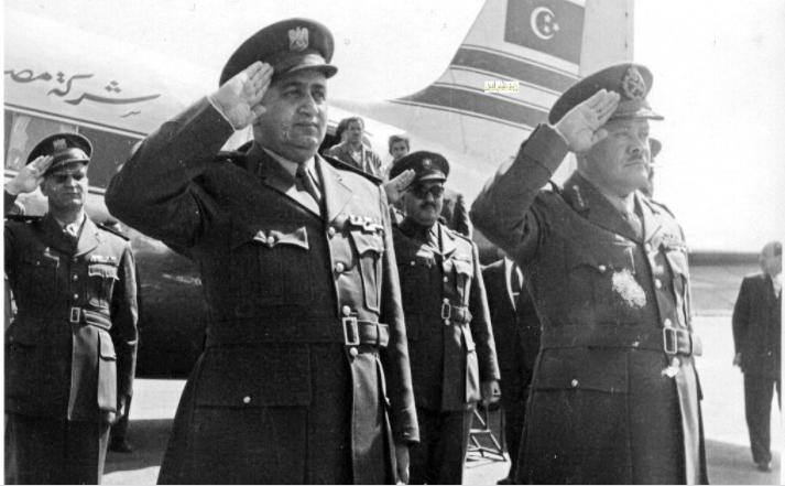 توفيق نظام الدين يستقبل اللواء حافظ إسماعيل - احتفال عيد الجلاء 1957 (1)
