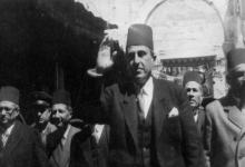 شكري القوتلي يحيي مستقبليه أثناء جولته في دير الزور عام 1945