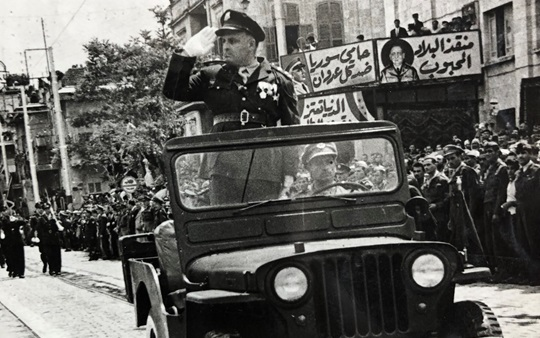 جمال الفيصل خلال العرض العسكري الذي نفذه الجيش احتفالاً بالإطاحة بالزعيم 1949
