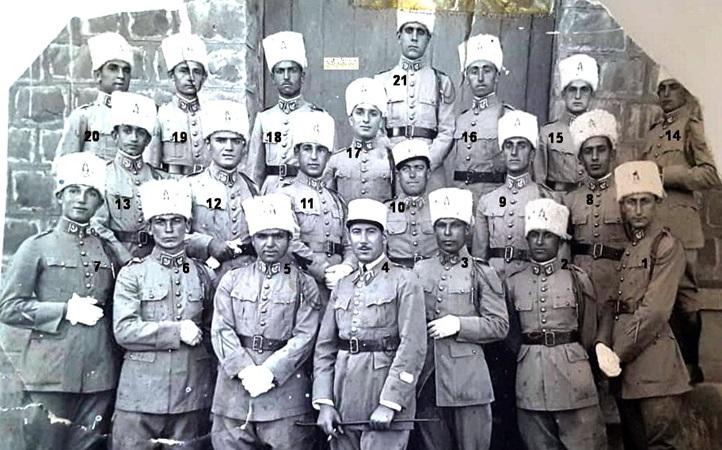 توفيق نظام الدين في صورة تذكارية لطلاب دورة الكلية الحربية عام 1934م