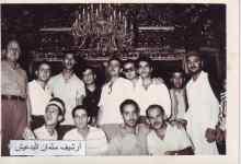 أعضاء من نادي الفنون الجميلة في السويداء في أحد جوامع النجف في العراق عام 1963م