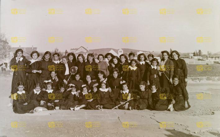 معلمات وتلميذات مدرسة الزهراء في السويداء في خمسينيات القرن العشرين