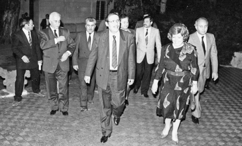 نجاح العطار في استقبال محمود الزعبي في حفل تكريم الفنانين التشكيليين عام 1989م