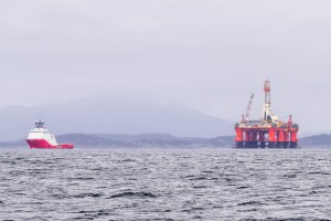 Ölplattform im Schlepp