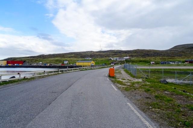 rechts die Start- und Landebahn, links der Hafen