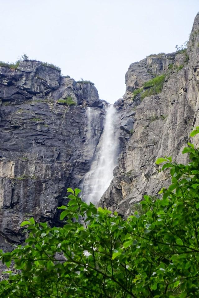 Nicht der Gletscherbach. sondern ein Wasserfall auf dem Weg