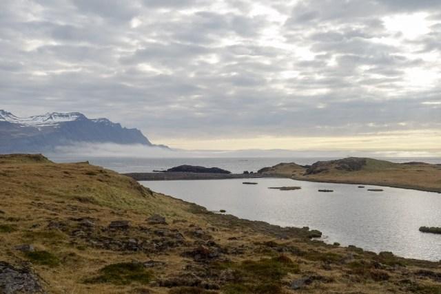 Seenebel auf dem Weg in den Fjord