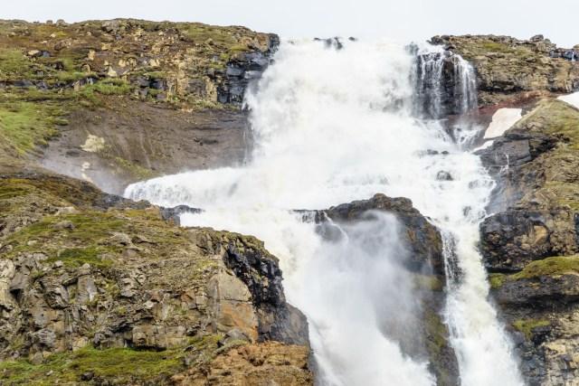 Einer von unzähligen Wasserfällen Islands