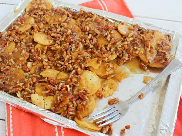 Pecan Pie Nachos- a pecan pie-like filling over round crackers