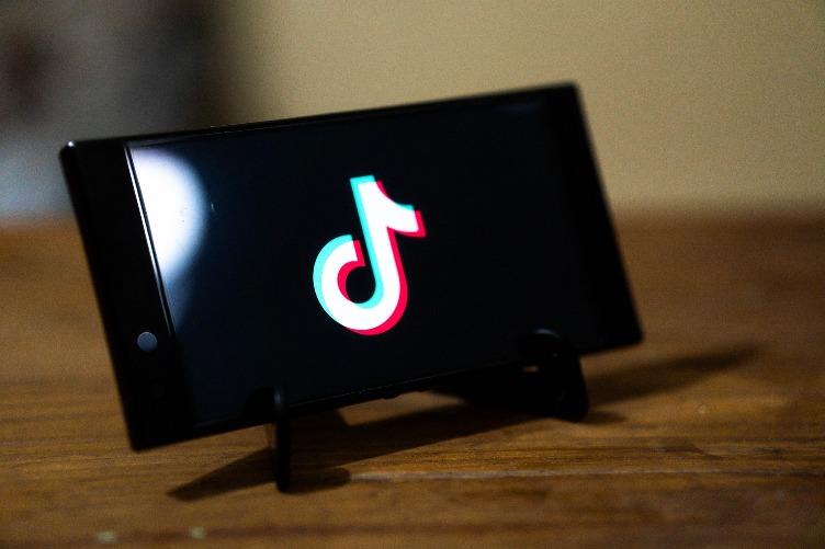 Como você faz um vídeo TikTok com fotos e música